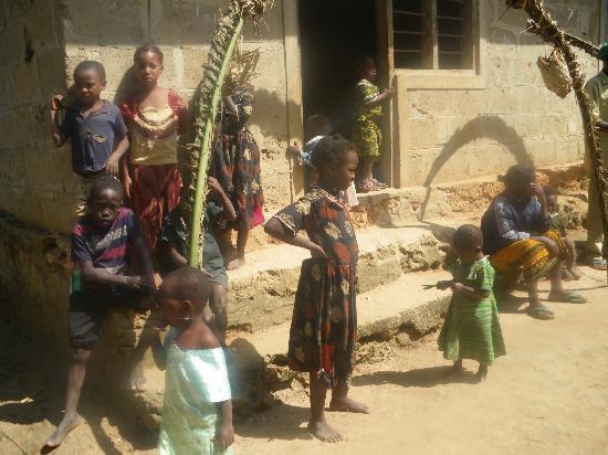Sunset Beach Resort Zanzibar: Bambini in un villaggio interno