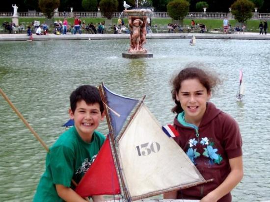 สวนลัคเซ็มเบิร์ก: Sailing on the Pond in Luxembourg Gardens Paris