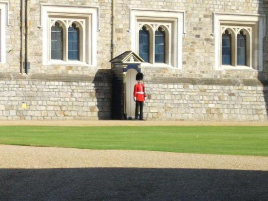 วินด์เซอร์, UK: Royal guard stationed
