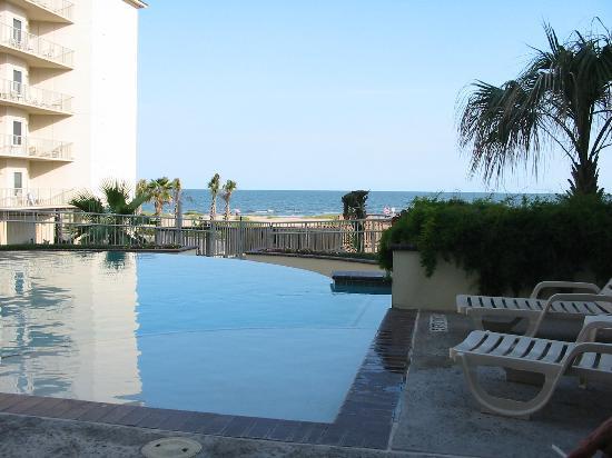 Holiday Inn Club Vacations Galveston Beach Resort: pool area looking on beach