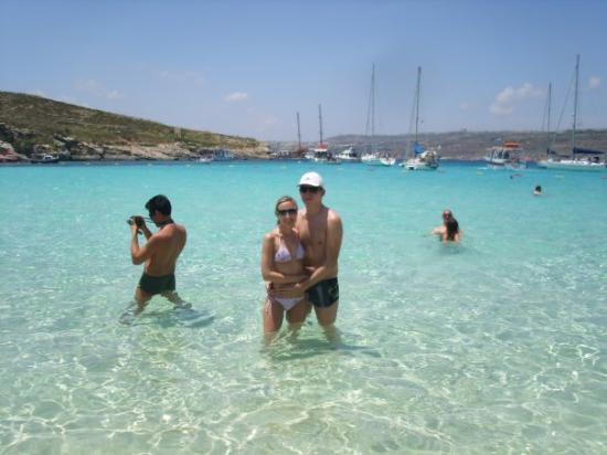 Comino, มอลตา: S Verunkou v modré laguně, až na ty davy turistů skoro jako v tom filmu :-)
