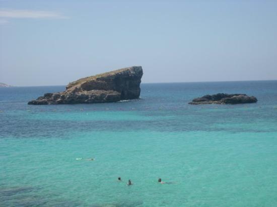 Comino, มอลตา: Pohled na malý skalnatý ostrůvky u Modré laguny