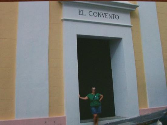 ซานฮวน, เปอร์โตริโก: Its hard to see me but I'm in front of a convent, Blake was afraid lightning would strike! He's