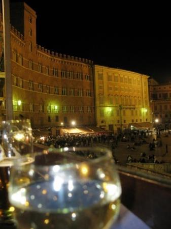 เซียนา, อิตาลี: Siena, enjoying wine and sandwiches overlooking Piazza del Campo.
