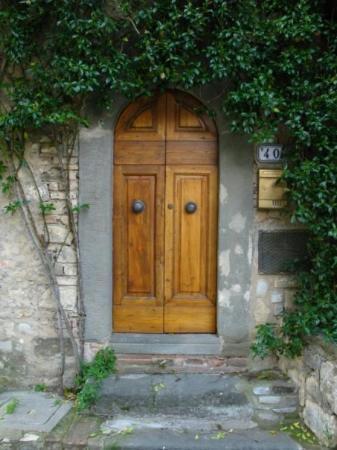 เซียนา, อิตาลี: Tuscan doorway in tiny Tuscan town.