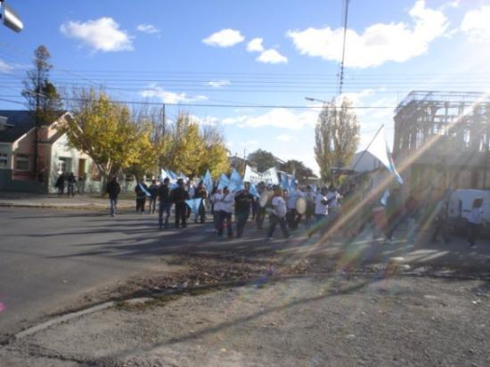 Rio Gallegos, อาร์เจนตินา: Llegando por las calles hacia el acto
