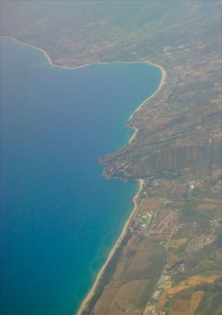 Badolato, อิตาลี: The Eastern coast from departing aircraft showing Soverato down to Isca