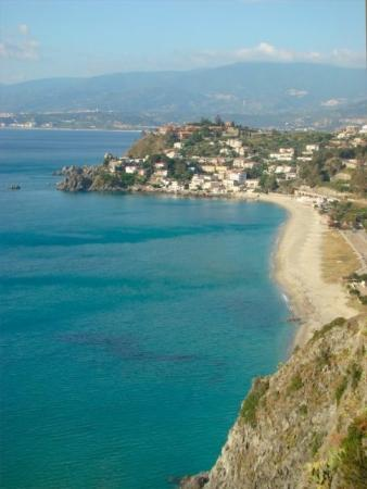 Badolato, อิตาลี: Petragrande beach from the cliffs above