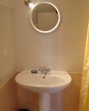 Badolato, อิตาลี: Bathroom 1  Jan 2008