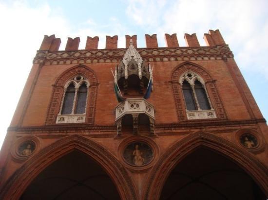 โบโลญญา, อิตาลี: Famous above the red brick architecture.