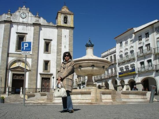 เอโวรา, โปรตุเกส: Praca do Giraldo - The fountain in Evora's main square was erected in 1571.