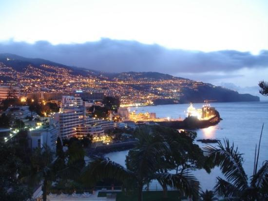 ฟุงชาล, โปรตุเกส: Today Funchal is a modern city with about 140,000 inhabitants. Funchal is located in a unique ar
