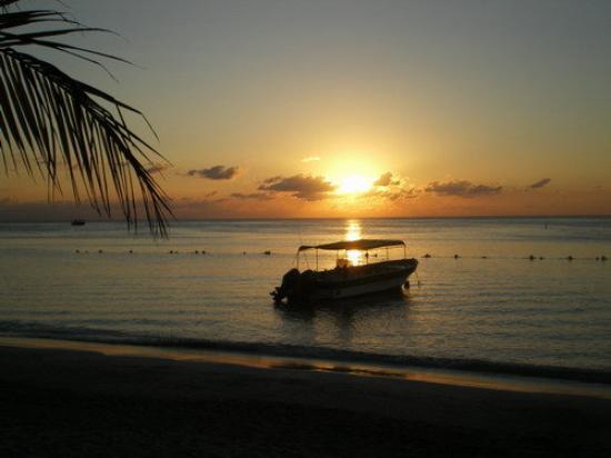 Roatan (เกาะโรอาทาน), ฮอนดูรัส: sunset outside the condo =)