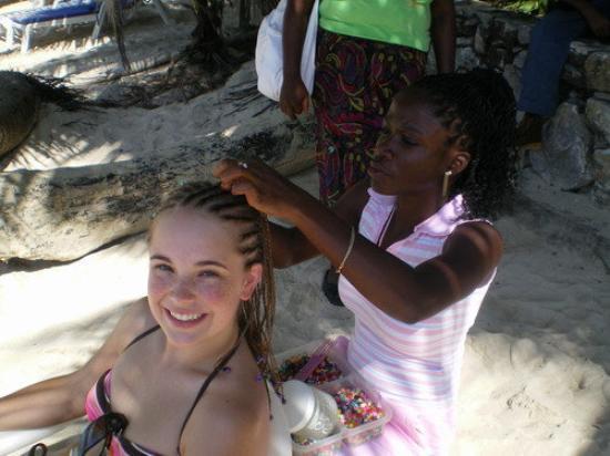 Roatan (เกาะโรอาทาน), ฮอนดูรัส: lady braiding my hair on the beach