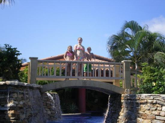 Mayan Princess Beach & Dive Resort: bridge over troubled water....NOT =) very peaceful and WONDERFUL water