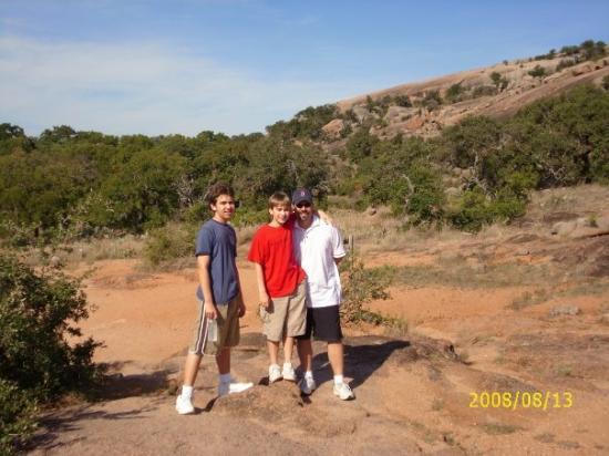 เฟรเดอริคเบิร์ก, เท็กซัส: Chris, Gabe, & Steve before the climb to the top of Enchanted Rock