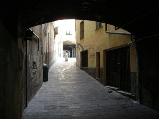 เจนัว, อิตาลี: One of the many alleys (caruggi)