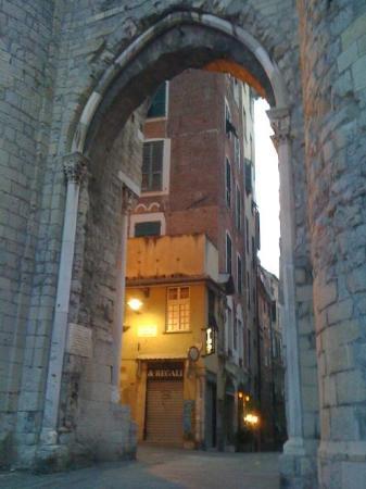 เจนัว, อิตาลี: Porta Soprana