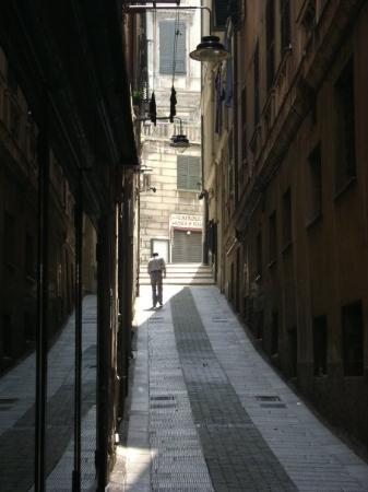 เจนัว, อิตาลี: An alley in morning light