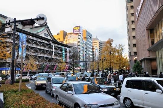 โอซาก้า, ญี่ปุ่น: 第一天--- 到達後深深被滿街的金黃葉吸引著...