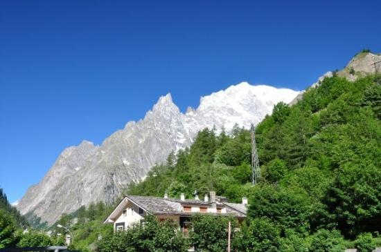 Formation of clouds picture of courmayeur valle d 39 aosta for Auberge de la maison courmayeur aosta valley italy
