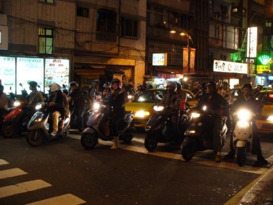 ไทเป, ไต้หวัน: 台灣電單車的數量真的很驚人... 每次轉燈都是一批接一批的電單車洶湧而出!!!