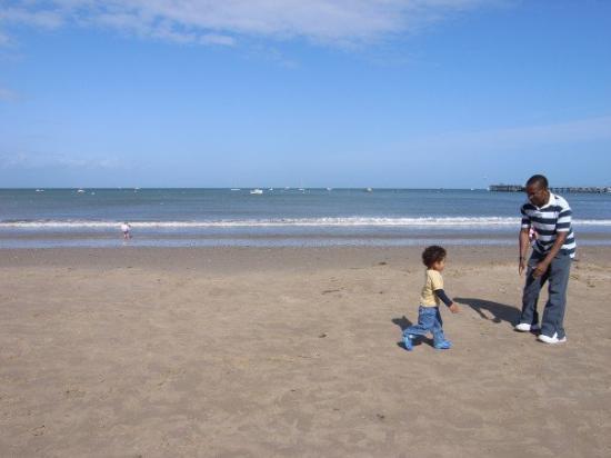 Bournemouth (เมืองโบร์นมุธ), UK: 20070519 A lovely kid on a beautiful beach in Swanage