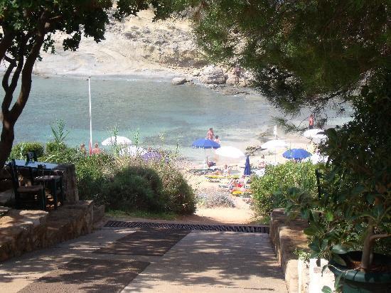 White Rocks Hotel & Bungalows: Walk to the beach