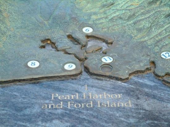 เพิร์ลฮาร์เบอร์: Close up on the scale model of Pearl Harbor.
