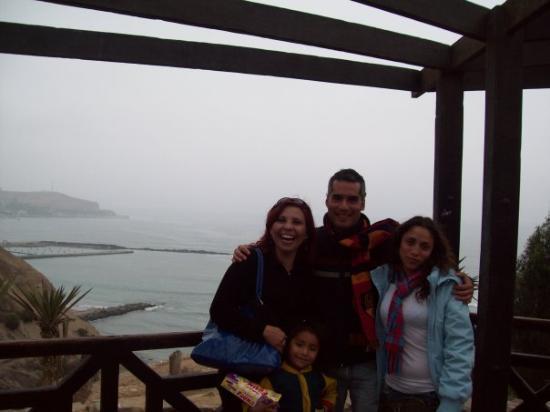 ลิมา, เปรู: Con amigos peruanos Agustin y Patty, en mirador de Barrancos( mas una pequeña vendedora de calug