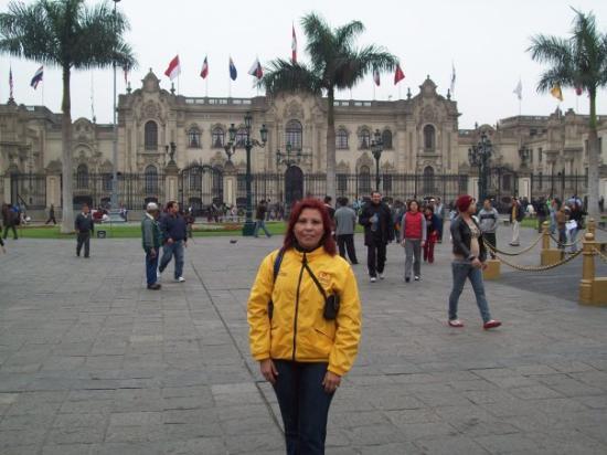ลิมา, เปรู: En la Plaza Mayor, atras,Palacio de Gobierno