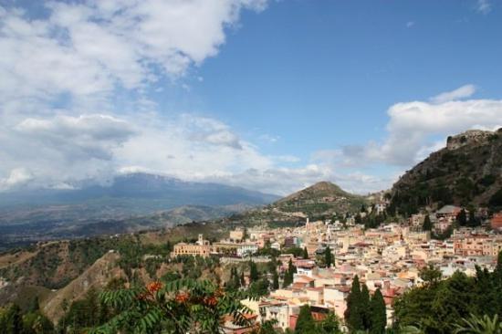 ทาโอร์มินา, อิตาลี: Taormina, une petite ville nichée dans la falaise. Superbe!