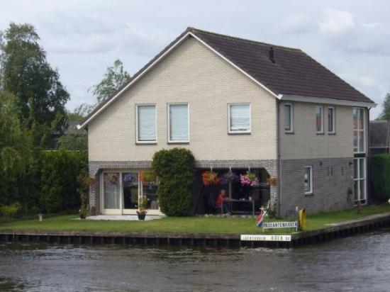 กีธอร์น , เนเธอร์แลนด์: 著名的羊角村. 大家都住在河旁.每戶人家都有船ㄋㄟ!