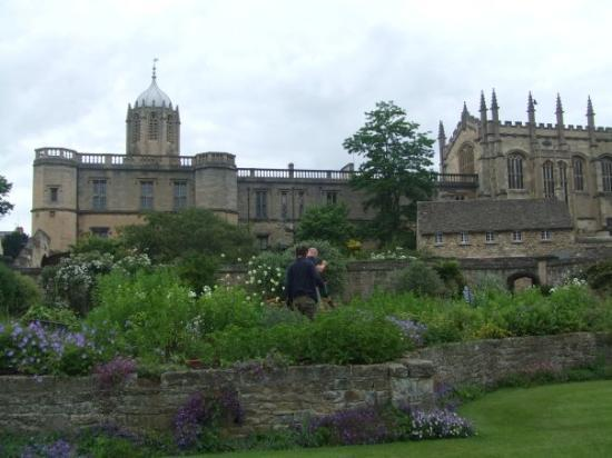 อ๊อกซฟอร์ด, UK: Here is the entry to Oxford, the garden is so beautiful.
