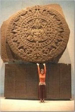 พิพิธภัณฑ์มานุษยวิทยาแห่งชาติ: The 'Aztec Calendar' - Sun Stone in Mexico City (March 2006)