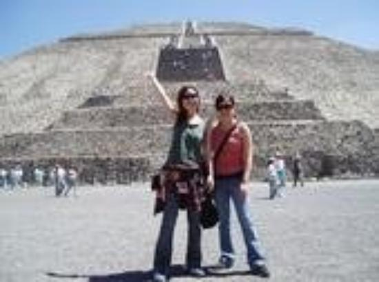 San Juan Teotihuacan, เม็กซิโก: We climbed the Pyramid of the Sun in Teotihuacan, Mexico (March 2006)