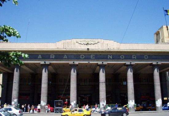 บูคาเรสต์, โรมาเนีย: The main train station of Bucharest; Gare de Nord for the train to Sinaia. I like the old commun