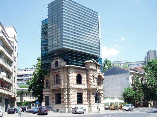 บูคาเรสต์, โรมาเนีย: Close to the former communist HQ, this modern building is creaed in the facade of an old buildin