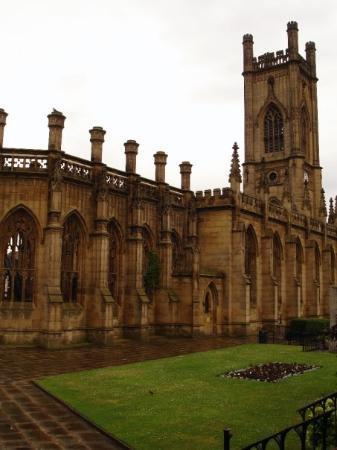 """ลิเวอร์พูล, UK: Church of St. Luke also know as the """"bombed out church"""".  It is only a shell"""