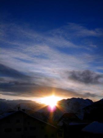 L'Alpe-d'Huez, ฝรั่งเศส: Sunset from the balcony Alpe d'Huez, France   December 2008