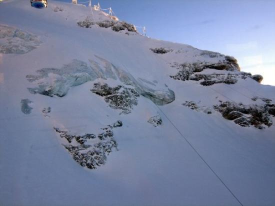 เอนเกลเบิร์ก, สวิตเซอร์แลนด์: View from the top of Mount Titlis - 3,200 metres above sea level!!!  Part of the glacier.  E