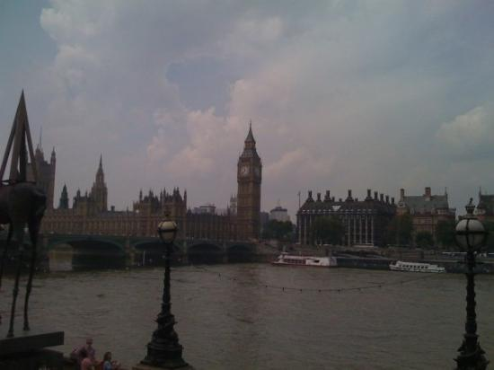 บิ๊กเบ็น: Big Ben from the distance (view from Dali Museum)
