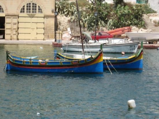 วัลเลตตา, มอลตา: Typical Maltese Fishing Boat (Luzzu)