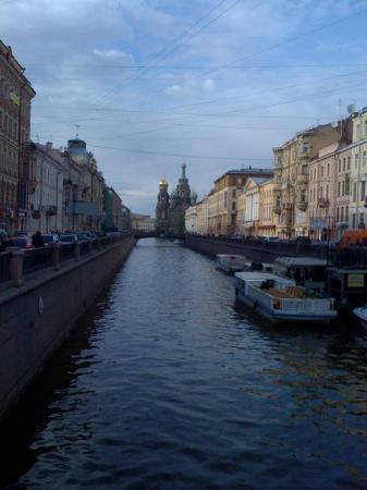 เซนต์ปีเตอร์สเบิร์ก, รัสเซีย: In the distance the Church of Our Savior on Spilled Blood