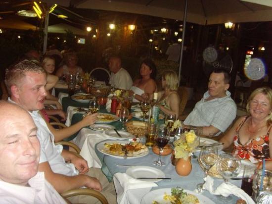 เอเยียนาปา, ไซปรัส: FEEDING TIME WITH THE FAMILY