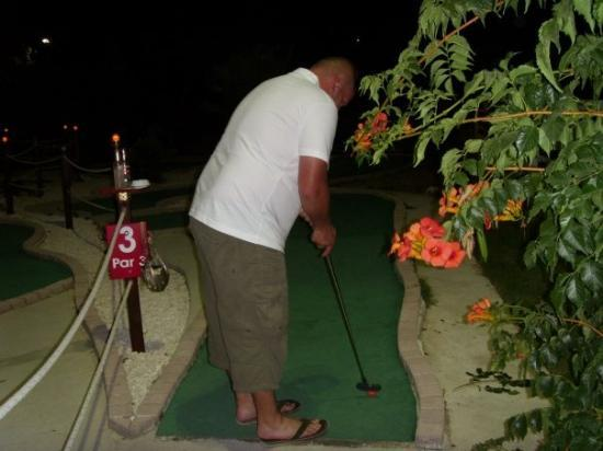 Argassi, กรีซ: havin a go at mini golf