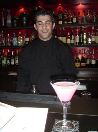 โซฟิเทลลิบอนลิเบอเดดโฮเตล: lovely waiter with the lovely strawberry cocktail!!
