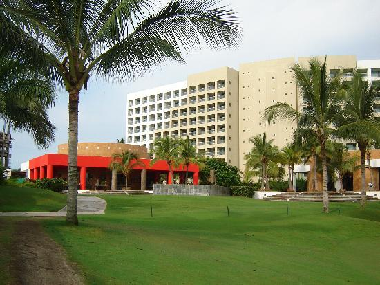 The Grand Mayan at Vidanta Nuevo Vallarta: Golf course with Gong restaurant in the background