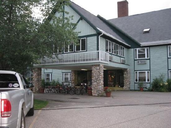Silver Fox Inn: Outdoor View of Hotel
