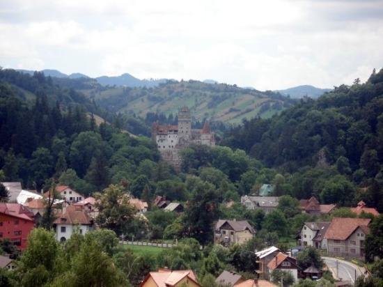BRAN - Panorámica de Bran i el castillo del Conde Dracula de fondo. La revedere, Romania!